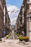 Genua, Przez Roma ulicy z liniami energetycznymi Przy końcówką ten ulica rynku piazza Corvetto zdjęcia royalty free