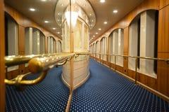 Genua, W?ochy ? ?11 2018 Sierpie?: Szczeg?lny widok luksusowy korytarz w statku wycieczkowym fotografia stock