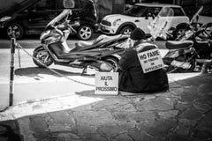 Genua Włochy, Kwiecień, - 21, 2016: Biedny człowiek sinning na włochu s Zdjęcia Stock
