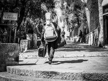 Genua Włochy, Kwiecień, - 21, 2016: Gitarzysty gracz chodzi z guita Obraz Royalty Free