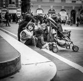 Genua Włochy, Kwiecień - 21 2016: Młody rodzinny obsiadanie na Caphedra Obrazy Stock