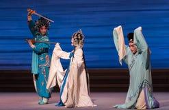 """Genuflexão para a desintegração do ato da mercê- sétima do  branco de Opera""""Madame Snake†das famílias-Kunqu fotografia de stock royalty free"""