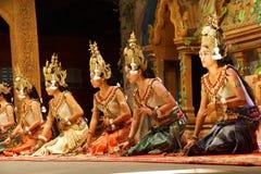 Genuflexión de los bailarines de Apsara imagenes de archivo