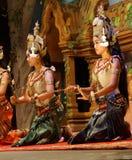Genuflexión de los bailarines de Apsara fotos de archivo