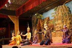 Genuflexión de los bailarines de Apsara imagen de archivo