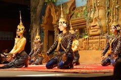Genuflexión de los bailarines de Apsara foto de archivo