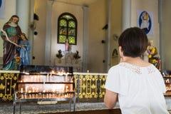 Genuflexión del creyente y rogación en una iglesia católica foto de archivo libre de regalías