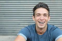 Genuino giovanile maschio di risata di sorriso di colpo in testa paziente dentario diritto perfetto bianco grande dei denti fotografie stock libere da diritti