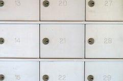 Genummerde gesloten metaalbrievenbussen Stock Foto