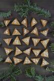 25 genummerde komstkoekjes op bruin hout Stock Afbeeldingen