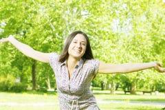 Genuss der jungen Frau des Glückes in der Natur Stockfotografie