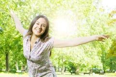 Genuss der jungen Frau des Glückes in der Natur Lizenzfreies Stockfoto