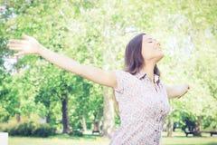 Genuss der jungen Frau des Glückes in der Natur Lizenzfreie Stockfotos