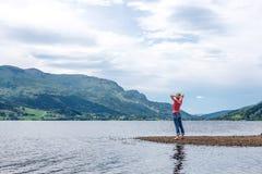 Genuss- freie glückliche Frau, die Landschaft genießt Lizenzfreie Stockbilder