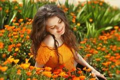 Genuss. Freie glückliche Frau, die Natur genießt. Freiheitskonzept. Seien Sie Lizenzfreie Stockfotos