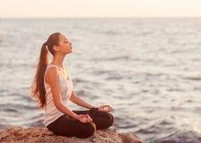 Genuss- freie glückliche Frau, die Sonnenuntergang genießt. lizenzfreies stockbild