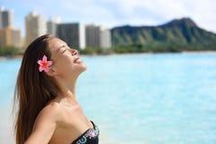 Genuss- Strandfrau auf Waikiki, Oahu, Hawaii Stockfotos