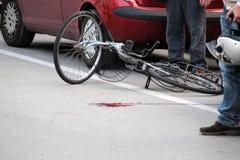 Geïnvesteerd fietserongeval Stock Foto