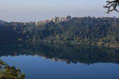 Genzano riflected auf dem Seesee Lizenzfreies Stockbild