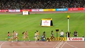 Genzebe Dibaba de Etiopía que lleva en 1500 los metros finales en los campeonatos Pekín del mundo de IAAF Foto de archivo libre de regalías