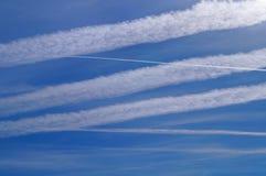 Geo-techniek door vliegtuig chemtrails Royalty-vrije Stock Afbeelding