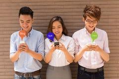Geobsedeerd met smartphones Stock Foto's