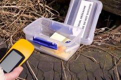 Geocache y dispositivo GPS foto de archivo
