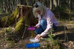 Geocaching na floresta Fotografia de Stock