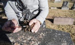 Geocaching och finna ett gömställe Royaltyfri Foto