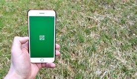 Geocachingsapp het lanceringsscherm op een smartphone royalty-vrije stock afbeelding