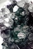 Geoda del racimo llenada de los cristales de cuarzo de la roca libre illustration