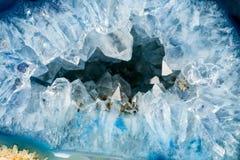 Geode con i cristalli di colore blu-chiaro fotografie stock