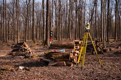 Geodesie, theodoliet op een driepoot in bos stock afbeelding