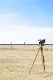 Geodetic instrument op het vliegveld Verticaal kader Stock Afbeelding