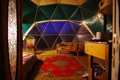 Geodetische Koepelhuur van Airbnb in Blauw Ridge Mountains van Noord-Carolina Uiterst klein Huis met het mooi binnenlands verfraa stock afbeeldingen
