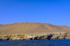 Geoglyph dos candelabros de Paracas no Peru imagens de stock