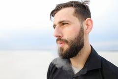 Geograafmannetje die uitvoerend onderzoek naar kust roken Royalty-vrije Stock Afbeelding
