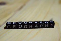 Geografía escrita en bloques de madera Conceptos de la inspiración y de la motivación fotos de archivo
