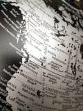 Geografi av världskartan i svartvitt arkivbilder