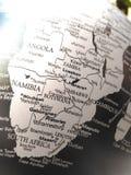 Geografi av världskartan i svartvitt royaltyfri bild