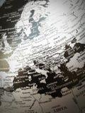 Geografi av världskartan i svartvitt royaltyfria bilder