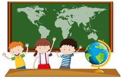 Geografia di studio di tre studenti nella classe royalty illustrazione gratis