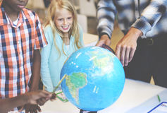Geografia dos estudantes que aprende o conceito da sala de aula Foto de Stock Royalty Free