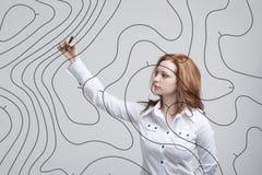 Geograficzni systemy informacyjni pojęcie, kobieta naukowiec pracuje z futurystycznym GIS interfejsem na przejrzystym ekranie zdjęcia stock