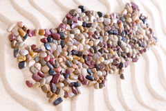 Geografie von der Türkei schuf mit Steinen auf Sand Stockbilder