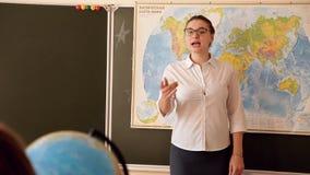 Geografielehrer im Klassenzimmer stock video