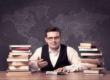 Geografilärare på skrivbordet Arkivfoton