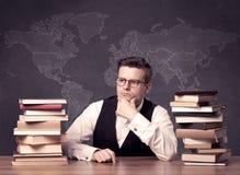 Geografilärare på skrivbordet Arkivbilder