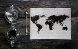 Geografische die kaart van de wereld, met theebladen op oud document wordt gevoerd Eurasia, Amerika, Australië, Afrika wijnoogst  Stock Foto