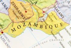 Geografische kaart van Mozambique met belangrijke steden stock afbeeldingen